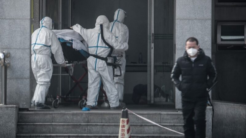 Nhân viên y tế đưa thi thể một bệnh nhân COVID-19 ra khỏi bệnh viện Brooklyn, New York, Mỹ hôm 30-3 - Ảnh: REUTERS